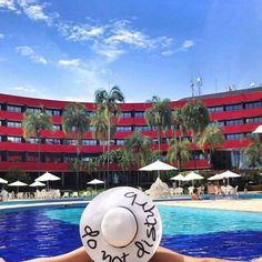 Existem mil maneiras de aproveitar o carnaval. A beira da piscina é uma delas. Samba e fantasia não são obrigatórios sol e céu azul sim!  Bom carnaval a todos. Como você prefere?  Foto repost @anapaulafavero_  #travelismypassion #travelblog #carnaval #carnaval2017 #sol #relax #piscina #brasilia #brasil #relaxe #peace #donotdisturbe #hoteis #photography #photooftheweek #photoodtheday #wanderlust #brazil #blue #nosnatrip #wonderfuldestinations
