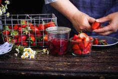 Máte bohatou úrodu ovoce a nevíte, co s ní? Vyrobte si zásoby, které oceníte nejen v létě, ale i během zimy.
