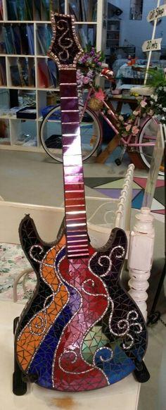 Mosaic guitar Mirror Mosaic, Mosaic Art, Mosaic Glass, Mosaic Tiles, Guitar Crafts, Guitar Art, Mosaic Madness, Mosaic Garden, Mosaic Crafts