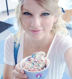 Two of my favorite things. Taylor Swift and ice cream :D Taylor Swift Hot, Estilo Taylor Swift, Long Live Taylor Swift, Taylor Swift Style, Taylor Swift Pictures, Taylor Taylor, Swift 3, American Music Awards, Ice Cream