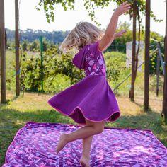 Die süßen Drehkleidchen sind elegant-sportlich geschnitten und somit für die verschiedensten Anlässe geeignet – von der Familienfeier bis zum Spielenachmittag bei Freundinnen sind die Kleidchen ein schöner Hingucker. Ein Teil schlicht einfärbig, der andere Teil knallig bunt – einfach stylish :) Picnic Blanket, Outdoor Blanket, Outfit Zusammenstellen, Kind Mode, Elegant, Baby, Color, Dresses, Design