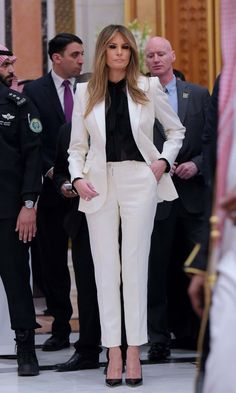 The First Lady loves her neutrals! Here she is wearing a white pantsuit and black blouse ahead of the Arab Islamic American Summit at the King Abdulaziz Conference Center in Riyadh on May Photo: MANDEL NGAN/AFP/Getty Images Trump Melania, Melania Knauss Trump, First Lady Melania Trump, Melina Trump, Us First Lady, First Ladies, Donald Trump Wife, Milania Trump Style, White Pantsuit