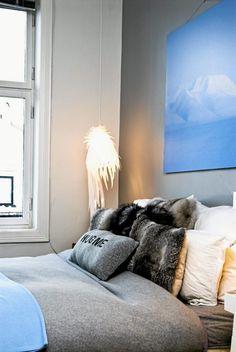 """Soverommet er innredet med deilige og duse farger. Puten med teksten """"Hug me"""" er fra Kremmerhuset, resten av putene er fra Zoeppritz. Lampen er designet av Tord Boontje og er kjøpt på dutchbydesign.com."""