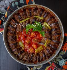 Turkisk patlican kebab är en annorlunda version på kebab. Saftiga köttfärsbiffar som varvas i en form med aubergine och som sedan bakas i ugn med tomat, sivri och tomatsås. Smakar utsökt och passar perfekt att servera med bulgur eller ris. Patlican kebab påminner lite om maldom. 4-6 portioner Biffarna 600 g köttfärs 1 lök, finhackad 2 dl persilja, finhackad 2 msk ströbröd 2 tsk paprikapulver 1 tsk sju kryddor (kan uteslutas) Ca 1,5 tsk salt 0,5 tsk svartpeppar Grönsaker: Ca 3 st smala och…