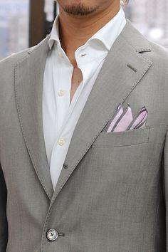 ニット素材使用シャツ=ビズポロ 七分袖ホリゾンタルカラーシャツ+シルク100%のポケットチーフ+ベージュのスーツ