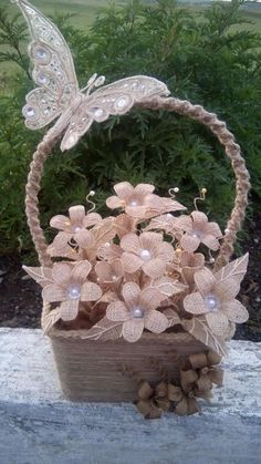 Jute Cloth, an ideal accessory for spectacular decorations Twine Crafts, Vase Crafts, Cork Crafts, Jute Flowers, Diy Flowers, Fabric Flowers, Rustic Flower Girls, Decoupage Tutorial, Burlap Projects