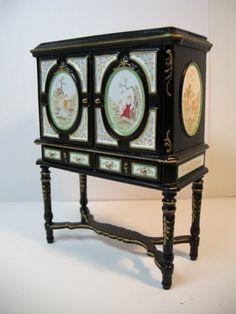 Treasure Cabinet- black  1:12 scale    www.mundominiaturas.com Miniature Dollhouse Furniture, Dollhouse Miniatures, Shelving, Furniture Design, Scale, Clock, Cabinet, Antiques, Home Decor