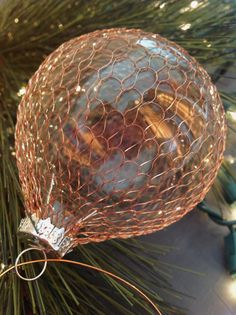 DIY copper-scaled glass ornaments / Cover a glass ball with a kitchen copper scrubbing pad Painted Christmas Ornaments, Christmas Balls, Christmas Crafts, Christmas Ideas, Christmas Decorations, Christmas Inspiration, Holiday Ideas, Coastal Christmas, Elegant Christmas