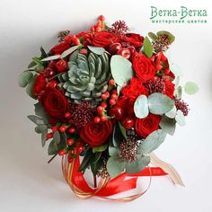 Красный букет с эхеверией и яблоками - лучший выбор чтобы передать всю бурю эмоций и чувств. Ведь красный цвет говорит о страсти, а тонкий аромат добавляет нежности. Страстный букет для любимой с розами, эхеверией, гиперикумом, яблочками, скимией, эвкалиптом и гвоздикой, как безудержная любовь к прекрасной Кармен.