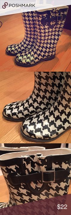 Rubber black and white houndstooth rain boots Rubber rainboots. Black and white houndstooth print ☔️️ Merona Shoes Winter & Rain Boots
