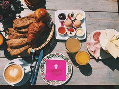 Das Törtchen Törtchen ist nicht nur zum Frühstücken ein beliebter Treffpunkt, Köln - Innenstadt Alcoholic Drinks, Cheese, Cologne, Food, Baked Goods, Best Scrambled Eggs, Tips, Shoulder, Alcoholic Beverages