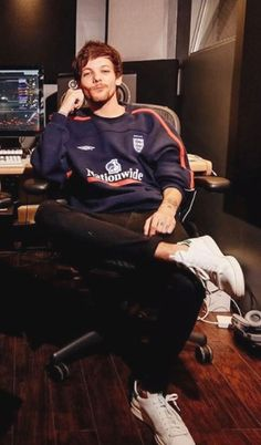 harry: im busy, lou! louis: its an emergency! harry:*runs up the stairs really fast almost dies* an emergency? louis:do i look intimidating when i sit like this? Zayn Malik, Niall Horan, Liam Payne, Tom Holland, Louis Tomlinsom, Louis Williams, 1d And 5sos, Larry Stylinson, My Sunshine