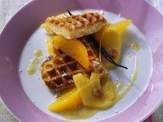 Waffeln mit Ananas-Orangen-Kompott ist ein Rezept mit frischen Zutaten aus der Kategorie Waffeln. Probieren Sie dieses und weitere Rezepte von EAT SMARTER!