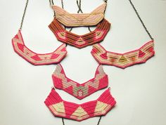 vestida de domingo. collares de ganchillo