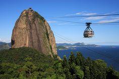 O Pão de Açúcar é um dos cartões postais mais conhecidos do Rio de Janeiro. Ele é, na verdade, um parque turístico que envolve duas montanhas – o morro da Urca e o próprio Pão de Açúcar