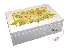 """MEDIDAS: P.V.P.  13€ Una cajita de pequeñas dimensiones para los amantes del """"estilo vintage"""". Caja de madera de pino pintada con acrílicos en blanco y flores pintadas a mano alzada con acrílicos."""