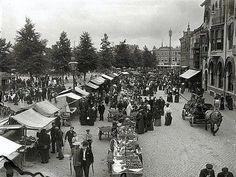 Vredenburg 1907: Markt gezien vanaf de Lange Elisabethstraat. Links op de achtergrond een poppenkast voorstelling