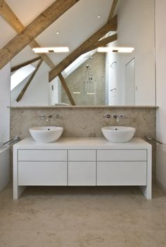 Badezimmer Dachschräge Holzbalken Spiegelwand Fliesen Naturstein Optik  Weißer Waschtisch Unterschrank
