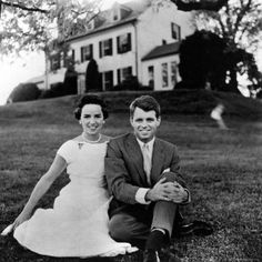Bobby and Ethel Kennedy. Ethel Kennedy is such an inspirational mother & humanitarian. Robert Kennedy, Les Kennedy, Ethel Kennedy, Jackie Kennedy, Die Kennedys, Familia Kennedy, John Junior, John Fitzgerald, Greatest Presidents