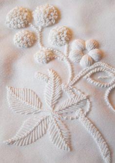La broderie blanche est discrète et donne du volume aux tissus.