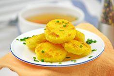 Diese Polentataler schmecken köstlich in einer klaren Gemüsesuppe. Dieses Rezept ist einfach in der Herstellung.