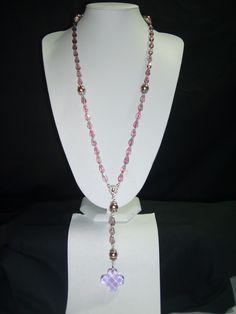 Collar rosario de 90 cm. de largo elaborado con cristales en gota, perlas de cristal, colgante de 10 cm. y ganchos de plata.