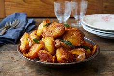 We might pretend that turkey is the biggest event of Christmas dinner… but we all know that roast potatoes are what make or break your festive feast!