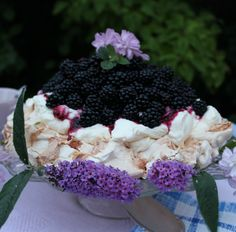 PAVLOVA WITH BLACKBERRIES recipe http://marlenesmadblog.dk/