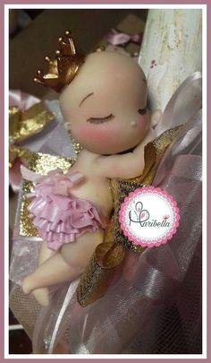 Bebé princesa en porcelana fria  #babyprincess #babyshower #porcelanafria #pastafrancesa #maribella Baby Pasta, Baby Cake Topper, Baby Shawer, Fondant Baby, Pasta Flexible, Clay Dolls, Clay Tutorials, Cold Porcelain, Polymer Clay Jewelry