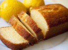 Ingredientes Bolo: 175g de açúcar refinado 3 Ovos 135g de farinha de trigo 5g de fermento em pó (químico) 75g de manteiga 75g de creme de leite raspas da casca de 1 limão siciliano Farinha de trigo e manteiga paraSaiba Mais +