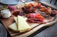 Looking for ideas on how to assemble a charcuterie board? Learn which meats, cheese, and wines to include along with stylish plating advice. Charcuterie Board Meats, Plateau Charcuterie, Thanksgiving Cakes, Thanksgiving Appetizers, Thanksgiving Prayer, Thanksgiving Outfit, Thanksgiving Decorations, Wine Cheese Pairing, Cheese Pairings