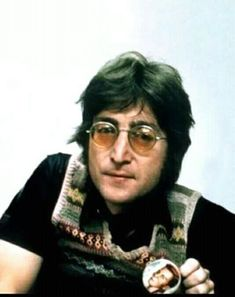 ♥♥John W. Lennon♥♥ wearing a Pat Boone button John Lennon Paul Mccartney, John Lennon Beatles, The Beatles, Jhon Lennon, Beatles Photos, Imagine John Lennon, Pat Boone, Life Is What Happens, Dear John