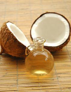 Existem vários óleos que podem ser usados como pré-shampoo: o de castanha do pará (cabelos bem danificados), de côco (cabelos bem danificados), abacate (cabelos bem danificados), jojoba (cabelos secos), amêndoas (cabelos secos), buriti (cabelos secos), argan (cabelos secos). Se você tem cabelos oleosos e quer tentar, opte pelo óleo de semente de uva ou argan (puros) – que têm textura leve – só nas pontas.