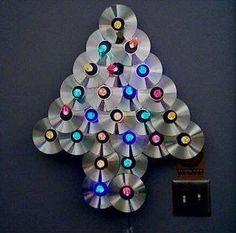A árvore de Natal com CD velho é ótima opção de artesanato reciclável para este final de ano (Foto: Divulgação)