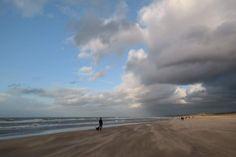 Ein auf Sand gebautes Dorf mitten in den Dünen, das war Den Haag einmal. An einigen Stellen ist es heute noch sichtbar, wenn man aufmerksam durch die Straßen geht und… Weiterlesen