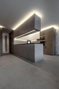 El arquitecto Tomas Amat realizó la transformación total de esta vivienda dande a los materiales el  protagonismo del proyecto. Madera y Tecnocemento dominan el espacio, y la iluminación se integra en la arquitectura. No siempre es necesario perforar techos para iluminar un espacio. Fotografías de Rafa Galán.