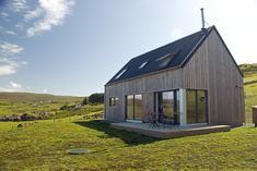 Seal Skerry Lodge enjoys panoramic views over Loch Pooltiel and beyond. An architecturally striking, stylishly furnished and well equipped holiday cottage. Tiny House Design, Modern House Design, Construction Chalet, Building Design, Building A House, Tiny House Exterior, Contemporary Barn, Rural House, House In Nature