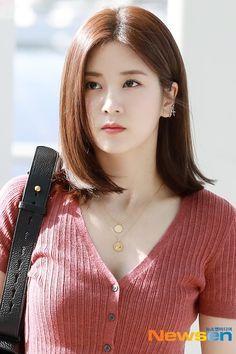 Beautiful Girl Photo, Beautiful Asian Women, Beautiful Celebrities, Korean Beauty, Asian Beauty, Korean Makeup, Cute Asian Girls, Cute Girl Pic, Girl Pictures