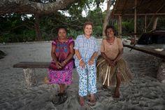 Família Schurmann é recebida pelos nativos da Ilha Gona Bara Bara