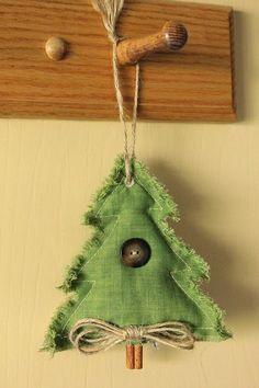 Υπέροχες χριστουγεννιάτικες κατασκευές με κανέλες. Πρωτότυπες και μυρωδάτες! Το δέντρο σας και το σπίτι σας θα μοσχοβολάει κανέλα!!! Τα υλικά σε όλες τις περιπτώσεις είναι πολά απλά και οικονομικά. Κανέλες, υφάσματα, κουμπιά, πολύχρωμες κορδέλες, κόλλα, κλαδάκια απο έλατο. Πάνω απ'όλα φαντασία και έμπνευση! via comments