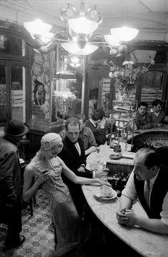 Les Halles, au bar du Chien qui fume, Paris by Frank Horvat Robert Doisneau, Black White Photos, Black And White Photography, White Picture, Old Pictures, Old Photos, Frank Horvat, Street Photography, Art Photography