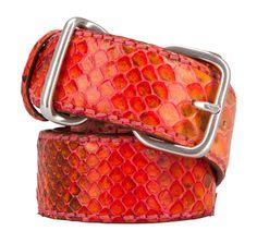 Exklusiver Gürtel in Pink und Orange von Reptile's House. Der Gürtel aus hochwertigem Phyton-Leder hat einen unregelmäßigen Farbverlauf und kann durch eine 8-förmige Dornenschnalle in Silber geschlossen werden. Besonders schön ist die erfrischende Farbe und die natürliche Struktur des Leders!