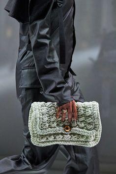 Bottega Veneta Fall 2020 Ready-to-Wear Collection - Vogue Milan Fashion Weeks, Paris Fashion, Fashion Show, Fashion Trends, High Fashion, Spring 2015 Fashion, Autumn Fashion, Chanel Clutch, Young Designers