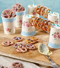 These quick delights offer that popular salt and sweet combination that so many enjoy. Pretzels Recipe, Chocolate Treats, Biscuits, Salt, Cooking Recipes, Favorite Recipes, Sweets, Popular, Breakfast