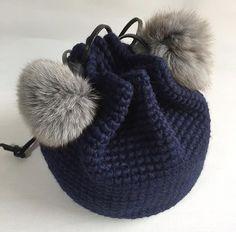 リアルフォックスファーにキラキラチャームを付けた巾着バッグ『Coron ♈』。ふわふわのフォックスファーがかわいい、毛糸も手間もたっぷりと使ったボリュームのある巾着バッグです。ウール100%の上質な極太糸で編み上げました。ふわふわ感をだすために極太の毛糸で編み上げているので、使いこんでもふっくら感はそのままです。膨らみのある滑らかな手触り。ボリューム感のあるフォックスファーと、巾着型のバッグはシンプルながらも存在感抜群。全体のころんとした丸みと、上部のキュッと絞られたアクセントが独特の可愛らしさを醸しだします。カジュアルにも、キレイめにも、どんなスタイルにも素敵です。アクセサリー感覚で持ちたい、キュートなバッグで出かけましょう。-------------------タイプ:『Coron ♈』 ネイビーサイズ:丸底直径 約18cm 高さ 約18cm (概寸)素 材:毛100%チャーム:フォックスファー(グレー) 8~9cm持ち手:本革(ブラック)…