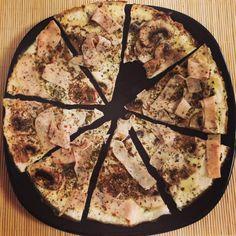 pizza proteica sin hidratos Food Charts, Skinny Recipes, Vegan Recipes, Cooking Recipes, Pizzas, Pizza Saludable, La Pizza, Comidas Fitness, Clean Eating Plans