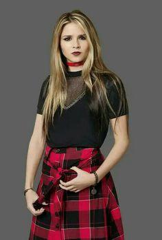 New Disney Channel Shows, Disney Shows, Disney Films, Selena Gomez Hd Wallpapers, Spanish Tv Shows, Estilo Dark, Red Streaks, Emilia, Looks Dark