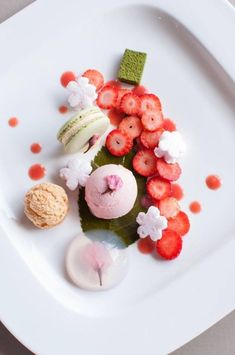 Sakura Full Blossom Plate It looks too pretty to be stuffed in my greedy mouth Food Design, Cute Food, Yummy Food, Yummy Lunch, Dessert Chef, Fancy Desserts, Beautiful Desserts, Japanese Sweets, Japanese Wagashi