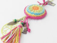 Colgante Mandala - Pandora Objetos con Aura Crochet Mandala, Crochet Granny, Crochet Flowers, Crochet Ball, Diy Crochet, Yarn Projects, Crochet Projects, Crochet Keychain, Crochet Earrings