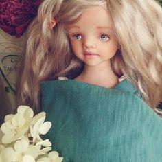 Давно ничего не показывала. Мы кстати все ещё на больничном,поэтому работаю только тогда,когда есть свободное время.У нас тут  намечается личико)) хотели розовое платье,но передумали, 😀😀доделаем красоту и начнём одеваться. Хотим серо-зеленый, нам подойдёт? 😄 😄   #кукларучнойработы   #куклавпроцессе   #куклаизпластика   #ярмаркамастеров   #моялюбовь  #люблючтоделаю